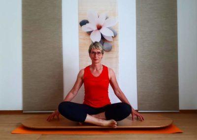 Sukhasana auf dem Yogaboard